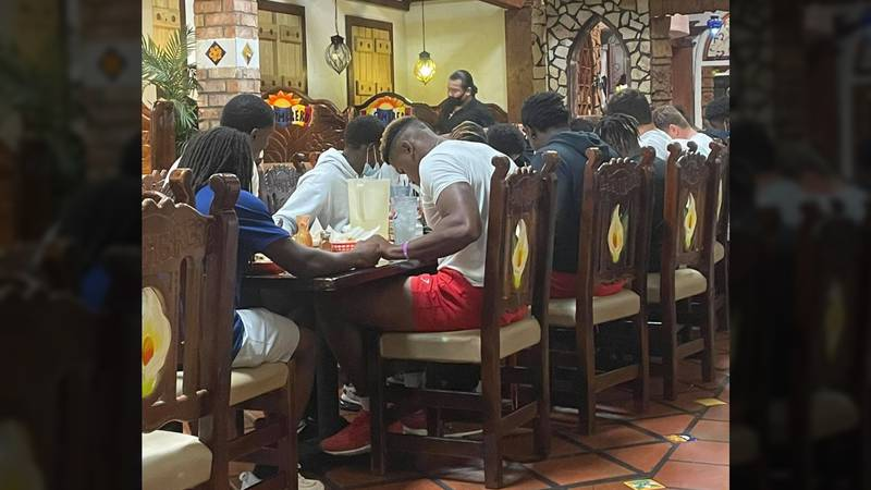 'This made my heart smile': Thousands share photo of Brandon athletes praying at restaurant