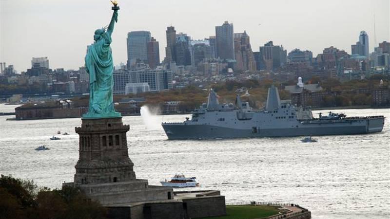 Landing Platform Dock Ship (LPD 21) USS New York arrives in New York harbor November 2, 2009. ...