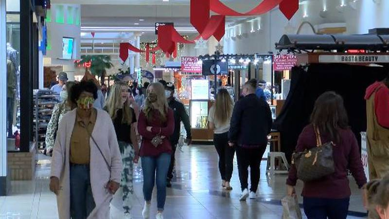 FOUR DAYS TILL CHRISTMAS: last-minute shoppers out looking for deals
